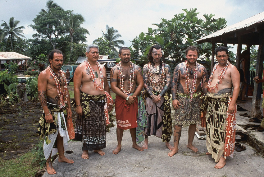 Fig. 120 Participants before the Sulu'ape title bestowal at Lefaga, Sāmoa, in 2001. From left to right: Pili Mo'o (Tenerife); Keone Nunes (Hawai'i); Uili Tasi (Sāmoa); Freewind (USA), Michel Thieme (Netherlands); Inia Taylor (Aotearoa New Zealand). ©