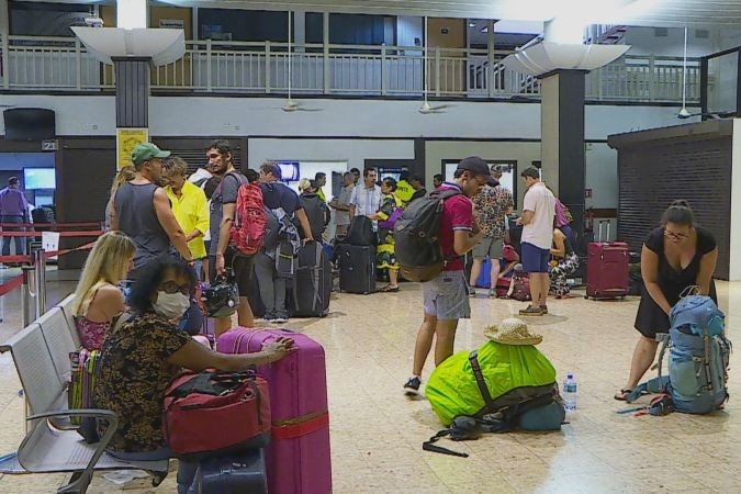 "French tourists in #Tahiti are finding it hard to get flights back to France. With #Covid-19 cancellation of scheduled flights, hundreds are turning up for each of the remaining trips, hoping to get onto a plane after ""holidays in paradise""."