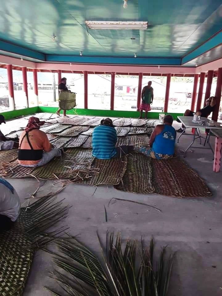 Communal efforts by Olosega Villagers weaving the tapa'au trap PC - Sue Ann Tinoisamoa